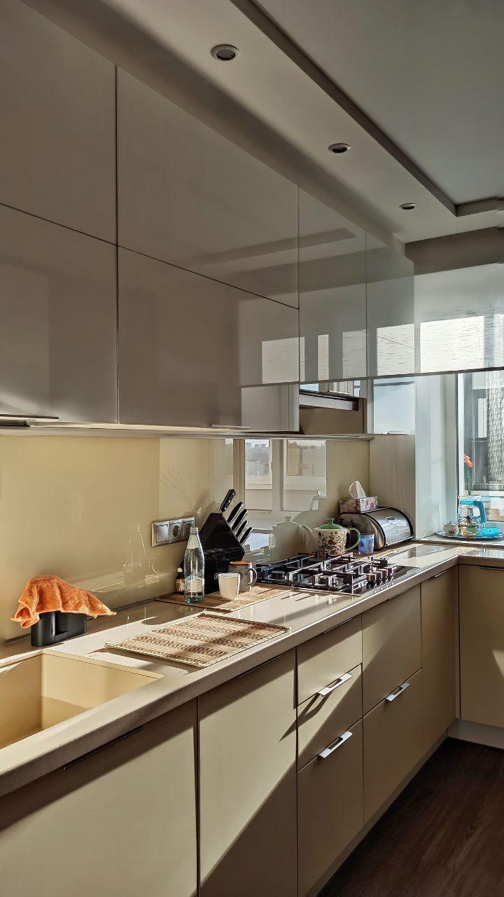 Кухня модерн: фасады стекло и матовая эмаль